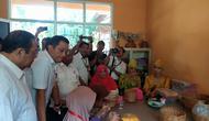 Menteri Sosial (Mensos) Juliari Peter Batubara saat mengunjungi Pusat Rehabilitasi Sosial Penyandang Disabilitas di Cibinong, Bogor, Senin (20/1/2020). (Liputan6.com/Achmad Sudarno)