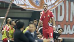 Striker Persija Jakarta, Marko Simic, mengamati permainan rekannya saat mengganti baju yang robek pada laga persahabatan melawan Selangor FA di Stadion Patriot, Jawa Barat, Kamis (6/9/2018). Persija kalah 1-2 dari Selangor FA. (Bola.com/M Iqbal Ichsan)