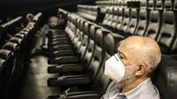 """Seorang pria duduk di bioskop """"Belas Artes"""" yang dibuka kembali di Sao Paulo, Brasil (10/10/2020). Kota Sao Paulo, Brasil, kota terbesar di Amerika Selatan, telah mengizinkan bioskop, teater, museum, dan ruang budaya lainnya untuk kembali dibuka mulai Sabtu (10/10). (Xinhua/Rahel Patrasso)"""