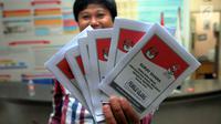 Petugas KPU Tangerang Selatan menunjukan surat suara Pilpres untuk pelaksanaan Pemungutan Suara Ulang (PSU) Pemilu 2019 di Kantor KPU Tangerang Selatan, Selasa (23/4). PSU dilakukan karena adanya dugaan pelanggaran pada pelaksanaan Pemilu serentak 17 April 2019 lalu. (merdeka.com/Arie Basuki)