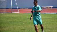 Pelatih kiper Persib, Anwar Sanusi. (Bola.com/Muhammad Ginanjar)