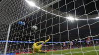 Sepakan pemain Atletico Madrid, Antoine Griezmann menembus pertahanan kiper Chelsea, Thibaut Courtois pada laga grup C Liga Champions di Wanda Metropolitano stadium, Madrid, Spanyol, (27/9/2017). Chelsea menang 2-1. (AP/Francisco Seco)