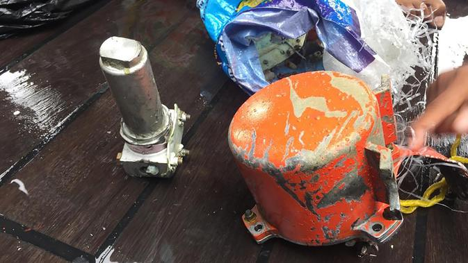 Cockpit Voice Recorder (CVR) Lion Air JT 610 yang jatuh di perairan Karawang Oktober 2018 lalu diperlihatkan oleh Personil TNI AL di laut lepas pantai Karawang (14/1). (AFP Photo/Azwar Ipank)