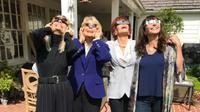 Intip di sini uniknya gaya para selebritas Hollywood saat menyaksikan Eclipse Solar 2017, penasaran?