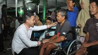 Zumi Zola saat memberikan bantuan kursi roda kepada penyandang disabilitas di Jambi. (Liputan6.com/Bangun Santoso)