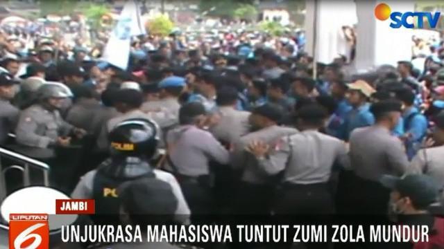 Bahkan, sejumlah mahasiswa ada yang melakukan tindak anarkistis dengan melempar botol dan batu ke arah barisan polisi.