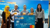 Peraih medali emas di Asian Games 2018, Hanifan Yudani Kusuma, kembali mendapat apresiasi berupa tabungan naik haji bersama kedua orang tuanya. (Bola.com/Erwin Snax)