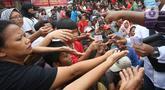 Pengemis berebut angpao yang dibagikan di halaman Vihara Dharma Bhakti, Petak Sembilan, Jakarta Barat, Sabtu (25/1/2020). Pembagian Angpao tersebut dalam rangka berbagi dengan sesama ketika perayaaan Tahun Baru Imlek 2571. (Liputan6.com/Angga Yuniar)