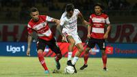 Gelandang Bali United, Stefano Lilipaly, diapit dua pemain Madura United, Alberto Goncalves dan Andik Rendika, di Stadion Gelora Madura, Pamekasan, Selasa (20/8/2019). (Bola.com/Aditya Wany)