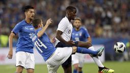 Pemain Italia, Jorginho berusaha menghalau bola dari kaki pemai Prancis, Paul Pogba pada laga uji coba di Allianz Riviera stadium, Nice, (1/6/2018). Prancis menang 3-1. (AP/Claude Paris)