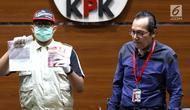 Petugas dan Wakil Ketua KPK Saut Situmorang menunjukkan barang bukti OTT Direktur Teknologi PTKrakatau Steel, Wisnu Kuncoro terkait pengadaan barang dan jasa tahun 2019 di Gedung KPK, Jakarta, Sabtu (23/3). KPK menangkap 4 tersangka dengan barang bukti uang Rp 20 juta. (Liputan6.com/Johan Tallo)