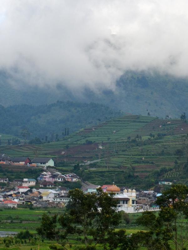 Masyarakat Dieng tinggal di kaldera raksasa purba dengan belasan kawah aktif . (Foto: Liputan6.com/Muhamad Ridlo)