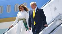 Presiden AS Donald Trump dan Ibu Negara Melania Trump turun dari pesawat kepresidenan Air Force One setibanya di Bandara Internasional Sardar Vallabhbhai Patel di Ahmedabad, Senin (24/2/2020). Trump beserta sang istri, Melania, disambut hangat PM India, Narendra Modi. (MANDEL NGAN/AFP)