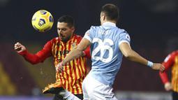 Pemain Benevento, Gianluca Caprari, berebut bola dengan pemain Lazio, Stefan Radu, pada laga Liga Italia di Stadion Vigorito, Rabu (16/12/2020). Kedua tim bermain imbang 1-1. (Alessandro Garofalo/LaPresse via AP)