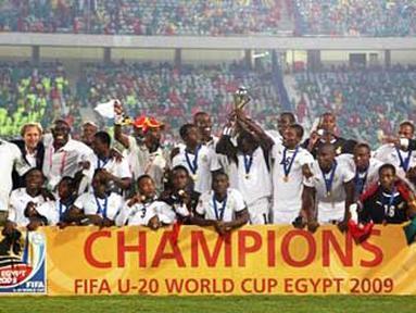 Tim Ghana berpose setelah menjuarai FIFA PD U-20 di Kairo, Mesir. Ghana mengalahkan Brasil melalui adu penalti 4-3 di final, 16 Oktober 2009. AFP PHOTO/CRIS BOURONCLE
