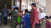 Aparat TNI membagikan masker kepada beberapa jemaah masjid di Bekasi yang kedapatan tidak memakainya, terutama anak-anak. (Liputan6.com/Bam Sinulingga)