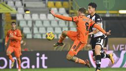 Gelandang Juventus, Aaron Ramsey, melepaskan tendangan saat melawan Parma pada laga Liga Italia di Stadion Ennio Tardini, Minggu (20/12/2020). Juventus menang dengan skor 4-0. (Massimo Paolone/LaPresse via AP)