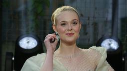 Aktris Elle Fanning tiba di karpet merah gala premiere film 'Maleficent Mistress of Evil' di London, Rabu (9/10/2019). Pemeran Aurora dalam film Maleficent itu tampil memukau dalam balutan gaun strapless panjang berwarna hijau pucat. (Photo by Grant Pollard/Invision/AP)