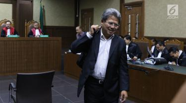 Mantan tim bantuan hukum KKSK, Todung Mulya Lubis usai menjadi saksi pada sidang lanjutan dugaan korupsi penerbitan SKL BLBI dengan terdakwa, Syafruddin Arsyad Temenggung di Pengadilan Tipikor, Jakarta, Kamis (19/7). (Liputan6.com/Helmi Fithriansyah)
