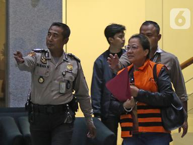 Asisten Komisioner KPU Wahyu Setiawan, Agustiani Tio Fridelia (kanan) usai menjalani pemeriksaan di Gedung KPK, Jakarta, Jumat (10/1/2020). KPK menahan Agustiani yang sebelumnya ditetapkan sebagai tersangka kasus suap terkait PAW anggota DPR RI periode 2019-2024. (Liputan6.com/Herman Zakharia)