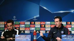 Bek Paris Saint-Germain Dani Alves bersama pelatihnya Unai Emery saat konferensi pers jelang menghadapi wakil Spanyol, Real Madrid pada leg kedua babak 16 besar Liga Champions di stadion Parc des Princes di Paris (4/3). (AFP Photo/Franck Fife)
