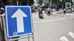 Petugas Dishub DKI Jakarta mengatur lalu lintas kendaraan saat uji coba penerapan sistem satu arah di Gondangdia, Jakarta Pusat, Kamis (8/4/2021). Uji coba yang berlangsung mulai 8-21 April mendatang merupakan bagian dari penataan kawasan Stasiun Gondangdia. (merdeka.com/Iqbal S. Nugroho)