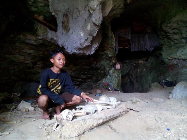 Dannis, sang pemandu wisata di kuburan Batu di Kete Kesu Toraja Utara,Sulawesi Selatan. (Liputan6.com/Eka Hakim)