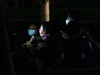 Pakar Komunikasi Politik, Effendi Gazali berjalan meninggalkan Gedung KPK usai menjalani pemeriksaan, Jakarta, Kamis (25/3/2021). Effendi Gazali diperiksa sebagai saksi dalam kasus dugaan suap pengadaan Bantuan Sosial untuk wilayah Jabodetabek tahun 2020. (Liputan6.com/Helmi Fithriansyah)