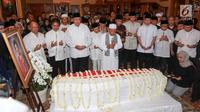 Presiden ke-6 RI Soesilo Bambang Yudhoyono dan para pelayat berdoa di depan jenazah istri Ani Yudhoyono di Puri Cikeas, Bogor, Sabtu (1/6/2019). Almarhumah Ani Yudhoyono meninggal dunia di National University Hospital (NUH) Singapura karena kanker darah. (Kapanlagi.com/Budi Santoso)