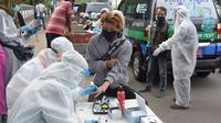 Pelaksanaan rapid test dengan Mobile COVID-19 Test di Kota Cimahi, Minggu (31/5/20). (Foto: Humas Jabar)