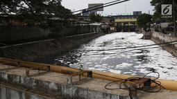 Buih terlihat di aliran Kali Duri yang berwarna hitam di kawasan Jakarta Barat, Sabtu (24/11). Pencamaran yang terjadi pada sungai-sungai di Jakarta berasal dari limbah domestik dan industri . (Liputan6.com/Herman Zakharia)