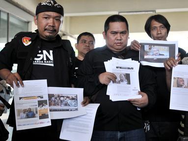 Anggota Garda Nasional untuk Rakyat (GNR) menunjukkan barang bukti saat melaporkan capres dan cawapres Prabowo-Sandi ke Bawaslu, Jakarta, Kamis (4/10). Pelaporan terkait dugaan adanya kampanye hitam. (Merdeka.com/Iqbal Nugroho)