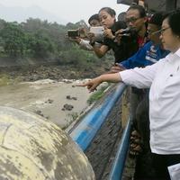 Menteri Lingkungan Hidup dan Kehutanan Siti Nurbaya Bakar mengecek Bendung Katulampa, Bogor, Jawa Barat. (Liputan6.com/Achmad Sudarno)