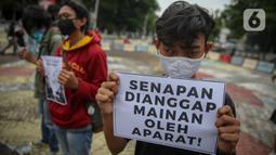 Massa yang tergabung dalam Aliansi Menolak Lupa menggelar aksi damai di kawasan Tugu Proklamasi, Jakarta, Kamis (15/10/2020). Dalam aksinya, mereka mengecam represifitas aparat kepolisian terhadap massa aksi, medis, jurnalis, dan masyarakat sipil lainnya. (Liputan6.com/Faizal Fanani)