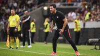 Pelatih Atletico Madrid, Diego Simeone, memberikan instruksi kepada pemainnya saat melawan Juventus pada laga ICC di Stadion Solna, Stockholm, Sabtu (10/8). Atletico menang 2-1 atas Juventus. (AFP/Jonathan Nackstrand)