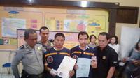 Polisi mengamankan pemalsu dokumen negara di Jambi. (Liputan6.com/Bangun Santoso)