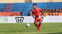 Bek Persija Jakarta, Anan Lestaluhu, memanfaatkan penghentian sementara Liga 1 2018 dengan bermain bersama tim U-19. (Persija Jakarta/Khairul Imam)