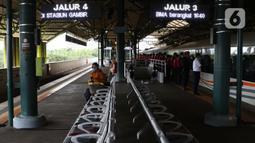 Calon penumpang Kereta Api Jarak Jauh menanti waktu keberangkatan di Stasiun Gambir, Jakarta, Rabu (16/12/2020). Selama Natal dan Tahun Baru 2020/2021 (18 Desember 2020 - 6 Januari 2021), PT KAI Daop 1 Jakarta akan mengoperasikan 47 KA jarak jauh setiap harinya. (Liputan6.com/Helmi Fithriansyah)