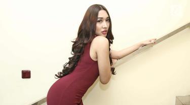 Penyanyi dangdut Lucinta Luna berpose menggenakan mini dress berwarna merah hati saat pemotretan di kawasan Sabang, Jakarta, Selasa (23/1). Lucinta Luna membantah bawa dirinya seorang transgender. (Liputan6.com/Herman Zakharia)