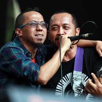 Yuki dan Bengbeng menikmati suasana panggung di sore itu. Tak lupa, Pas Band membawakan lagu 'Aing Pendukung Persib' yang dipersembahkan untuk klub sepakbola asal Bandung tersebut. (Deki Prayoga/Bintang.com)