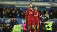 Ekspresi Van Dijk dan Fabinho pada laga lanjutan Premier League yang berlangsung di Stadion Goodison Park, Liverpool, Minggu (3/3). Liverpool imbang 0-0 kontra Everton. (AFP/Oli Scarff)