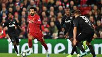 Gelandang Liverpool, Mohamed Salah, menggiring bola saat melawan Salzburg pada laga Liga Champions di Stadion Anfield, Liverpool, Rabu (2/10). Liverpool menang 4-3 atas Salzburg. (AFP/Paul Ellis)