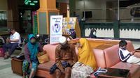 Warga menunggu giliran layanan kesehatan di RS Saiful Anwar Malang. Ribuan orang di Malang memiliki penyakit penyerta dan bisa fatal bila terjangkit Corona Covid-19 (Liputan6.com/Zainul Arifin)