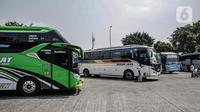 Awak bus menunggu penumpang di Terminal Kalideres, Jakarta, Senin (26/4/2021). Pemerintah memperpanjang masa larangan mudik Lebaran yaitu mulai dari 22 April hingga 24 Mei 2021. (Liputan6.com/Faizal Fanani)