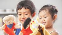 Anak bermain boneka (Ilustrasi)