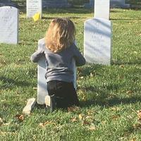 Foto bocah yang memeluk batu nisan ini telah membuat banyak orang menangis terharu. (Foto: ABC News)