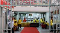 Sejumlah penghuni lapas tengah melakukan kativitas kerajinan tangan dan keterampilan di lapas Kelas IIA Narkotika Jakarta, Cipinang, Jakarta, Sabtu (9/9). (Liputan6.com/Angga Yuniar)