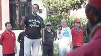 Wali Kota Semarang, Hendrar Prihadi tak berhenti berkeliling Kota Semarang untuk mengawal upaya sterilisasi kota yang dipimpinnya tersebut, melalui upaya penyemprotan disinfektan.