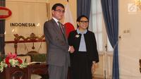 Menteri Luar Negeri RI Retno Marsudi bersalama dengan Menteri Luar Negeri Jepang Taro Kono usai melakukan pertemuan di Gedung Pancasila, Jakarta, Senin (25/6). (Liputan6.com/Angga Yuniar)