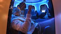 Peserta menikmati Blue Origin Space Simulator selama konferensi Amazon tentang robotika dan kecerdasan buatan di Hotel Aria di Las Vegas, Nevada. Mark Ralston/AFP